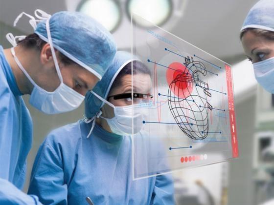 의사들이 구글 글래스를 착용하면 각종 의료정보를 바로 한 눈에 볼 수 있다.[출처 구글]