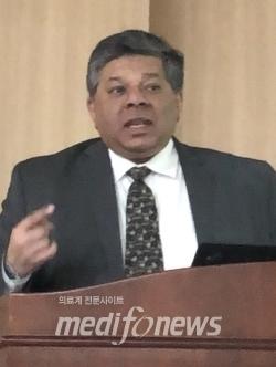 Amit Agarwal 컨설턴트가 발표를 진행하고 있다.