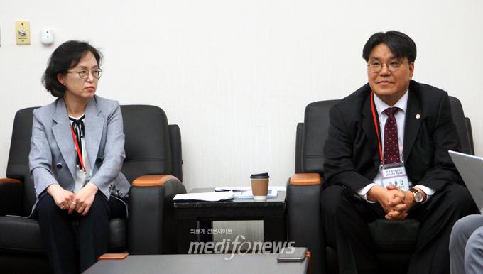 일산병원 최윤정 연구소장(좌), 공단 이용갑 건강보험정책연구원장